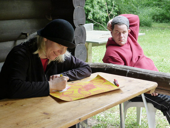 Kunst-Workshop: Frau malt auf Veranda