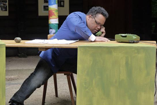 Kunst-Workshop Theaterstück Mann aufgeregt am Telefon