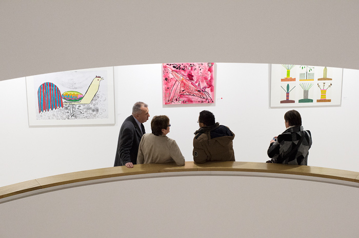 Menschen betrachten Bild in Ausstellung