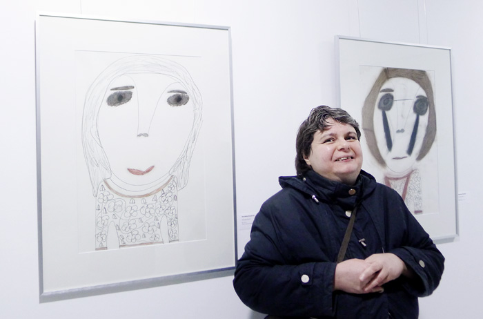 Jeanette Ghobrial mit zwei Werken, die zusätzlich zum ihrem Kalenderbeitrag in der Ausstellung präsentiert wurden.