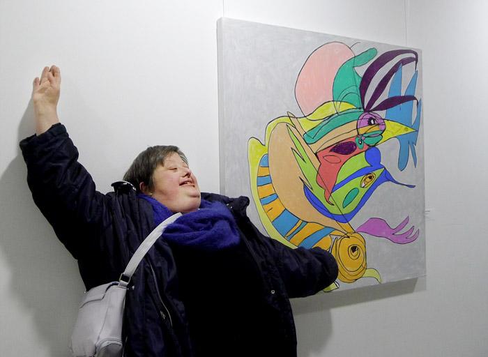 """Birgit Ziegert vor ihrem Bild """"Vogelfisch"""" aus dem pw°-Kunstkalender 2017"""
