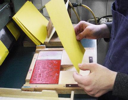 Linolplatte im Druckschlitten, vor Auflegen des Druckpapiers