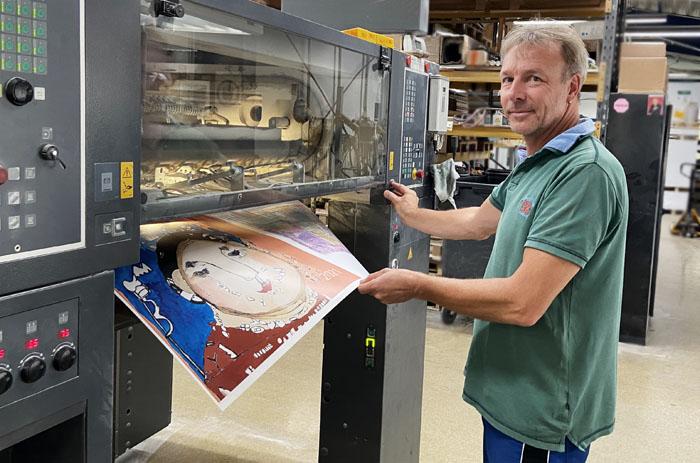 In der Druckerei wird gerade das Titelbild des Kalenders gedruckt.