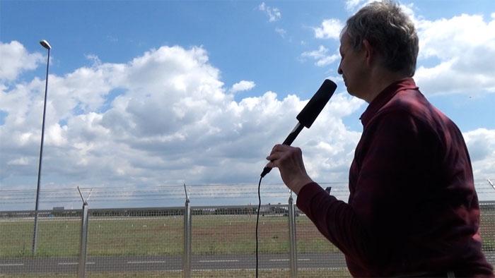 Bild aus dem Video: Peter Hommen am Frankfurter Flughafen