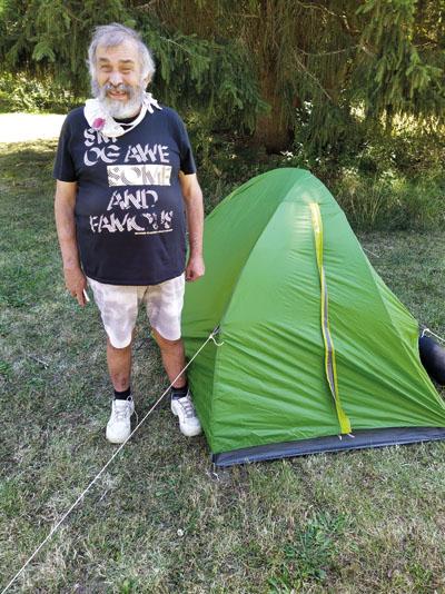 Ein Teilnehmer des Zeltens im Wispertal vor seinem Zelt.